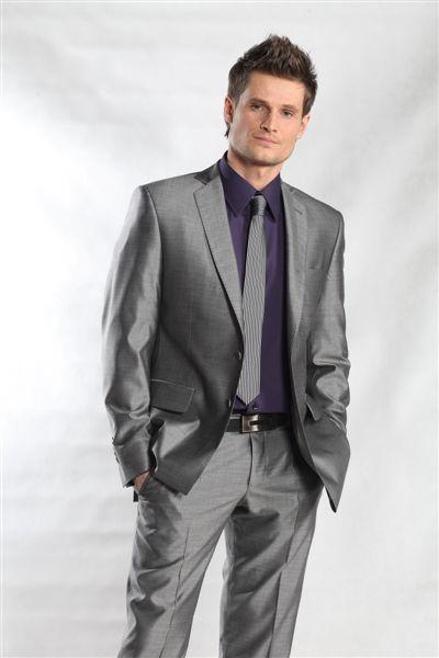 4f3bf18b0e475 Jak ubrać się na wesele jako gość szary poliestrowy garnitur fioletowa  koszula