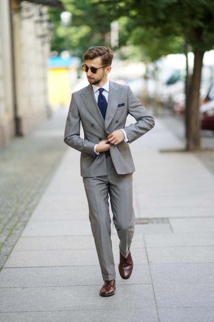c5fb72774 Jak ubrać się na wesele jako gość szary dwurzędowy garnitur brogsy  granatowy krawat dawid tymiński dandycore