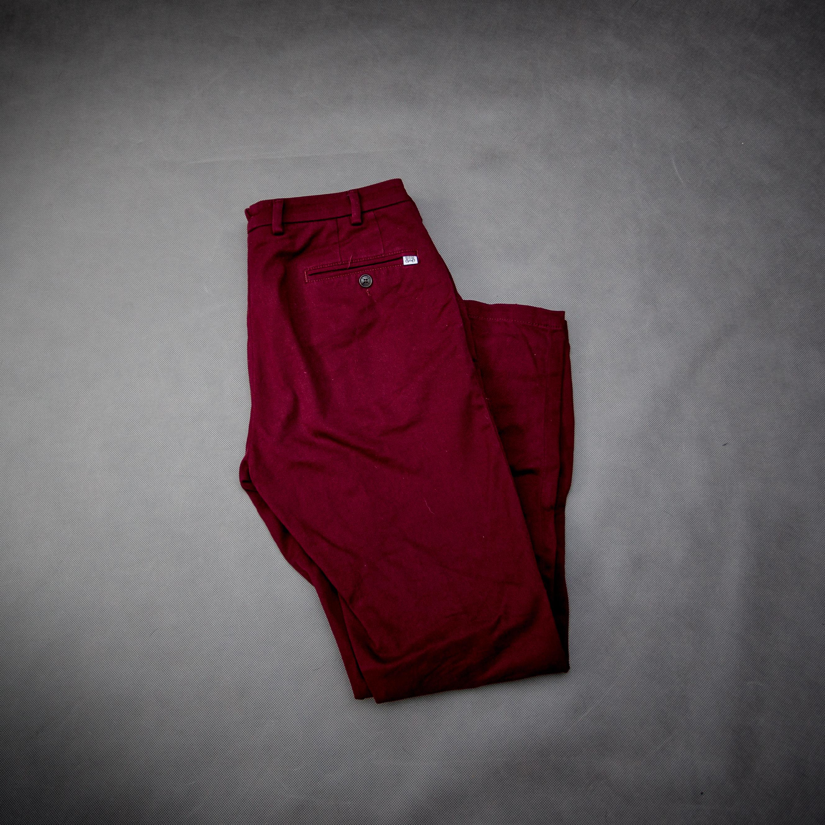 f3384177641dc bordowe spodnie chino chinosy podstawy jesiennej garderoby facet mężczyzna