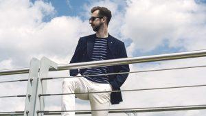 styl-marynistyczny-żeglarz-blezer-białe-spodnie-boat-shoes-8