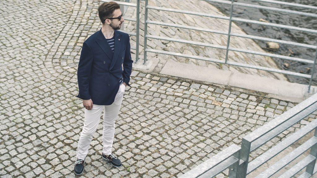 styl-marynistyczny-żeglarz-blezer-białe-spodnie-boat-shoes-1