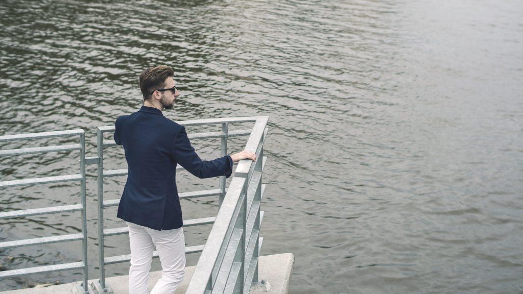 styl-marynistyczny-żeglarz-blezer-białe-spodnie-boat-shoes-3