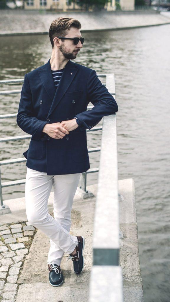 styl-marynistyczny-żeglarz-blezer-białe-spodnie-boat-shoes-5