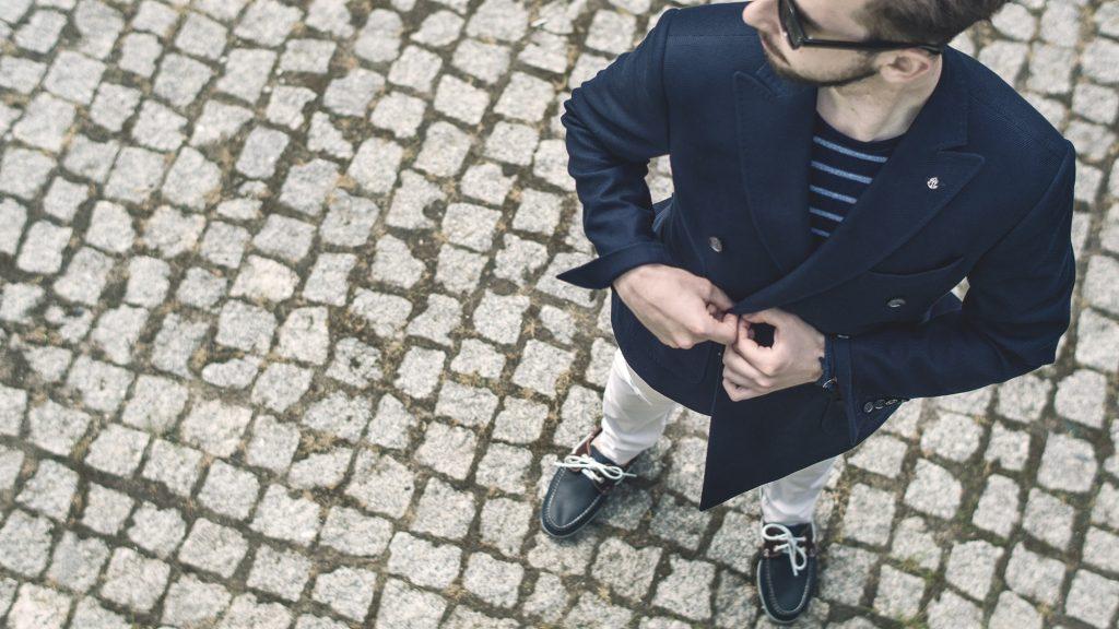styl-marynistyczny-żeglarz-blezer-białe-spodnie-boat-shoes-2
