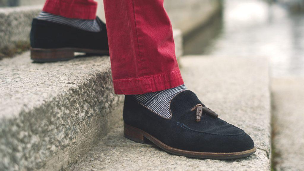 styl-marynistyczny-kapitan-granatowe-tassel-loafers-loafery