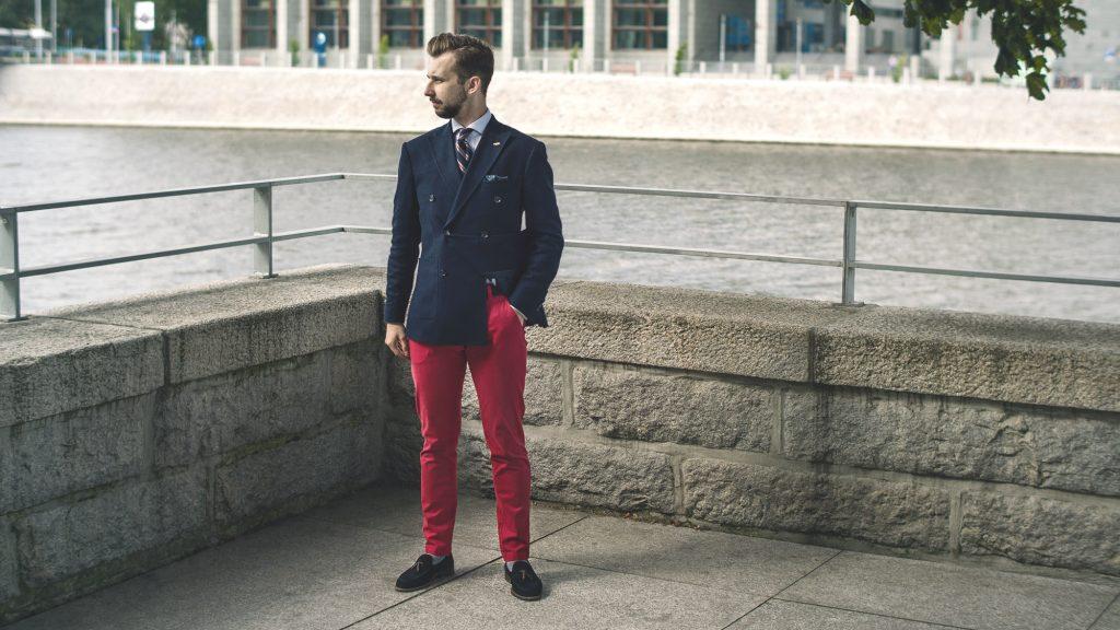 styl-marynistyczny-kapitan-blezer-regimental-tie-grenadyna-czerwone-spodnie-loafersy-zestaw-koordynowany-2