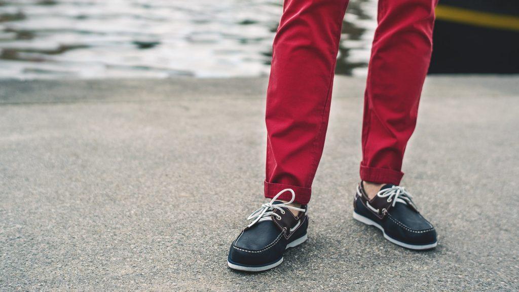 styl marynistyczny majtek czerwone spodnie chinosy boat shoes deck mokasyny żeglarskie