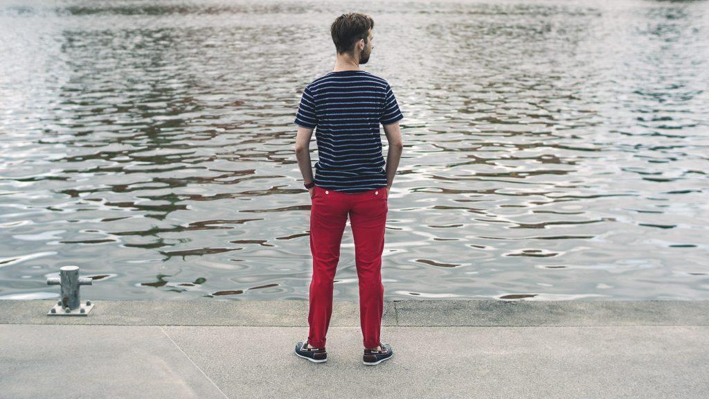 styl-marynistyczny-majtek-czerwone-spodnie-chinosy-t-shirt-w-pasy-5