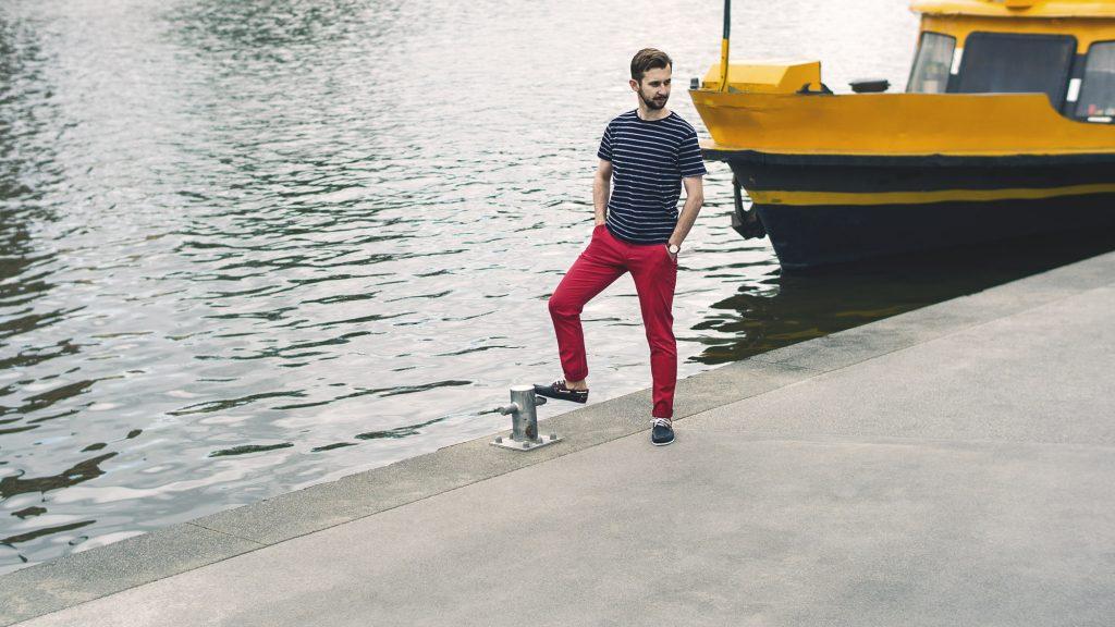 styl-marynistyczny-majtek-czerwone-spodnie-chinosy-t-shirt-w-pasy-4