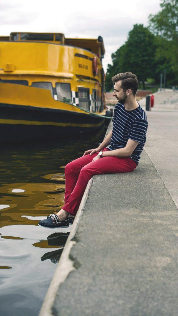 styl-marynistyczny-majtek-czerwone-spodnie-chinosy-t-shirt-w-pasy-6