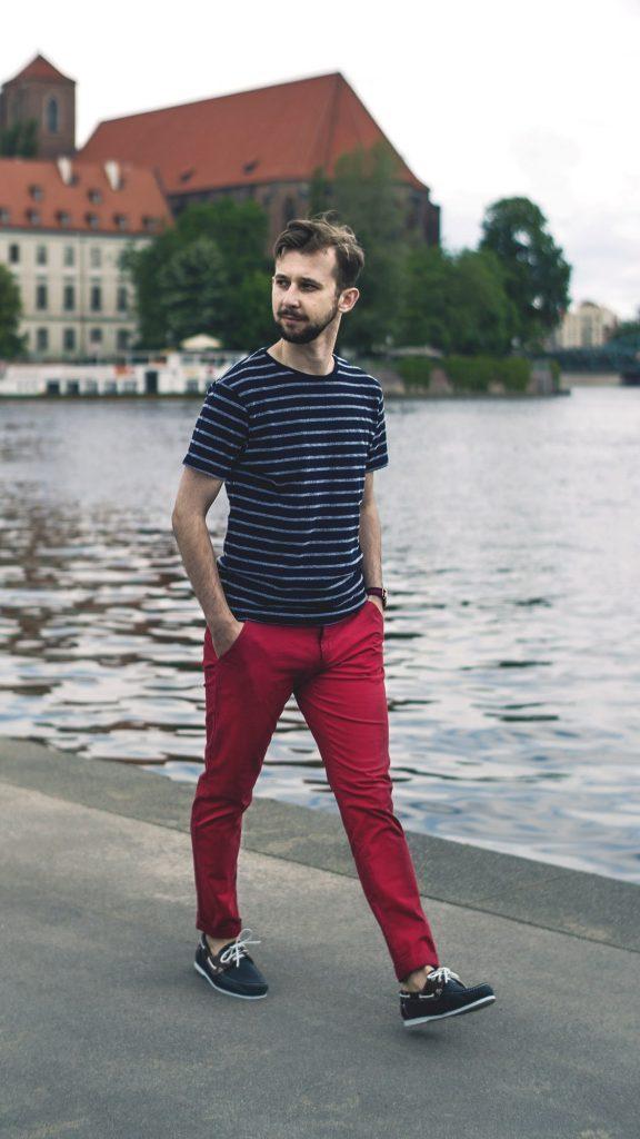 styl marynistyczny majtek czerwone spodnie chinosy t-shirt w pasy