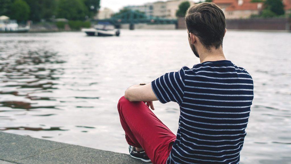 styl-marynistyczny-majtek-czerwone-spodnie-chinosy-t-shirt-w-pasy-7